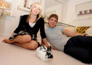 lauren-and-ollie-relax-at-home-with-their-house-rabbit-smudge